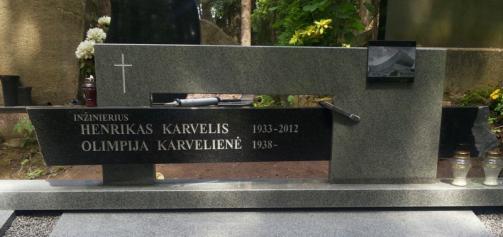 Vilniaus sporto rumu architekto -inzinieriaus Karvelio paminklas -  granitas ,iskaltos raides - dekoratyvinis piesinys -