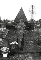 Kvėdarna , šeimyninis kapas.. kapo dengimas  granito plokstemis.