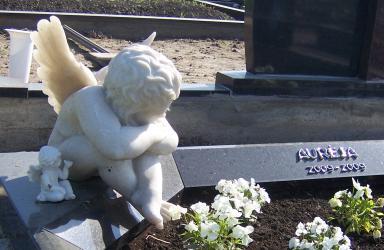 Granito paminklas  su skulptūra iš dirbtinio  akmens- sėdintis Angelas,
