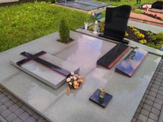 Paminklas   kapinėse- suomiškas granitas , kapo danga , betono trinkeles