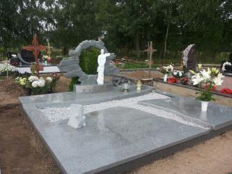Paminklas   kapinėse-  granitas ,, Kuru grey ,,  - kapo danga - skulptūra portretinė- bronzinės raidės--
