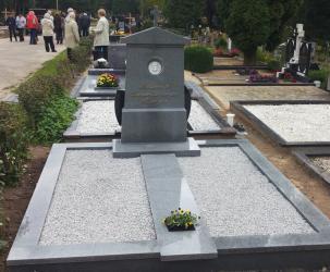 Klasikinis paminklas Romainių kapinėse- suomiškas granitas