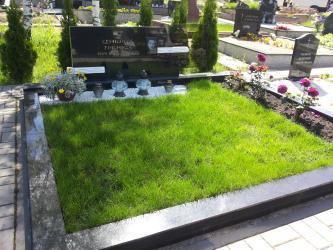 Paminklas   kapinėse- juodas  granitas ,bronzinės raidės,- grudintas stiklas , portretas