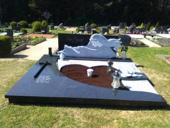 Paminklas   kapinėse-  granitas , - kapo danga - skulptura - kaltines raides--