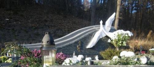 Paminklas   kapinėse-  granitas , - kapo danga - skulptūra ,, Paukštė ,, - bronzines raidės--
