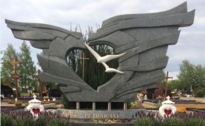 Paminklas   kapinėse-  granitas , - kapo danga - skulptura - bronzines raides--