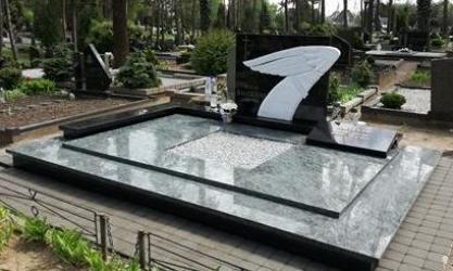 Paminklas   kapinėse-  granitas , - kapo danga - skulptura - bronzines raides-- marmuras. Kaunas