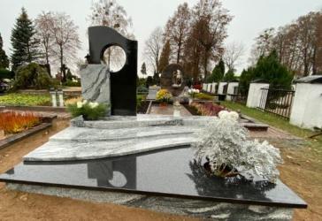 Paminklas   kapinėse-  granitas , - kapo danga - skulptura - bronzines raides