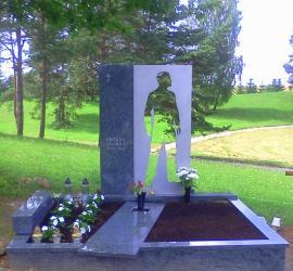 Tragiskai zuvusio Andriaus Proksos antkapinis paminklas Vilniuje  , granitas , nerudijantis plienas .
