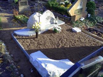 Paminklas   kapinėse-  granitas , kalviškas kryžius