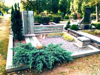 Paminklas  architektui  Jonui  Vilimui - suomiškas granitas , grudintas stiklas, nerudijancio plieno raides