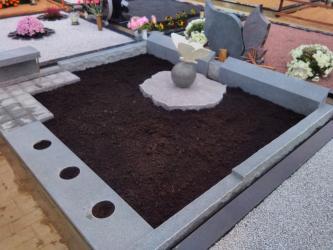 Paminklas   kapinėse- suomiškas granitas ,Drugelio skulpturele