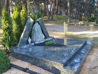 Paminklas su kalvišku kryžium - granitas ,,Olivin ,,kapo danga , riedulys , . Zarasai